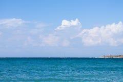 Μπλε θάλασσα, σύννεφα στον ουρανό Στοκ Φωτογραφία