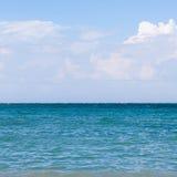 Μπλε θάλασσα, σύννεφα στον ουρανό Στοκ εικόνα με δικαίωμα ελεύθερης χρήσης