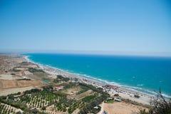 Μπλε θάλασσα της Κύπρου και της όμορφης μακριάς παραλίας Στοκ Εικόνες