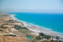 Μπλε θάλασσα της Κύπρου και της όμορφης μακριάς παραλίας Στοκ εικόνα με δικαίωμα ελεύθερης χρήσης