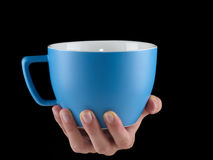Μπλε - θαλάσσιο φλυτζάνι χρώματος - κούπα στο μαύρο υπόβαθρο Στοκ Φωτογραφίες