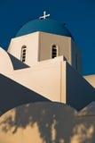 Μπλε θόλος μιας άσπρης εκκλησίας στο ηλιοβασίλεμα, Oia χωριό, νησί Santorini στοκ φωτογραφία