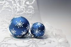 Μπλε διακοσμήσεις Χριστουγέννων με την ασημένια διακόσμηση Στοκ Εικόνα