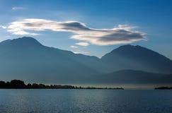 Μπλε λιμνοθάλασσα θάλασσας τοπίων στο υπόβαθρο των βουνών και του ουρανού Στοκ εικόνες με δικαίωμα ελεύθερης χρήσης