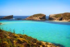 Μπλε λιμνοθάλασσα στη Μάλτα κοντά στους απότομους βράχους Στοκ Εικόνες