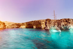 Μπλε λιμνοθάλασσα της Μάλτας και ορεινές νερό και βάρκα ομορφιάς ακτών στοκ εικόνα