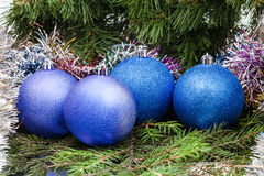 Μπλε, ιώδεις σφαίρες Χριστουγέννων, tinsel, χριστουγεννιάτικο δέντρο 7 Στοκ Φωτογραφίες