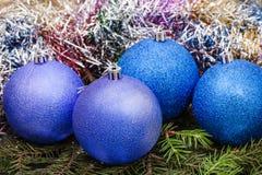 Μπλε, ιώδεις σφαίρες Χριστουγέννων, tinsel, χριστουγεννιάτικο δέντρο 2 Στοκ φωτογραφία με δικαίωμα ελεύθερης χρήσης