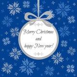 Μπλε κάρτα Χριστουγέννων με τα συγχαρητήρια στη σφαίρα Στοκ Φωτογραφία