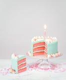 Μπλε κέικ γενεθλίων κρητιδογραφιών με τα ρόδινα στρώματα Στοκ Εικόνες