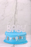 Μπλε κέικ γενεθλίων στο υπόβαθρο πετρών Στοκ Εικόνες