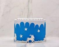 Μπλε κέικ γενεθλίων στο υπόβαθρο πετρών Στοκ Εικόνα