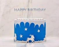Μπλε κέικ γενεθλίων στο υπόβαθρο πετρών Στοκ φωτογραφία με δικαίωμα ελεύθερης χρήσης