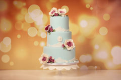 Μπλε κέικ με τα τριαντάφυλλα στοκ φωτογραφία με δικαίωμα ελεύθερης χρήσης