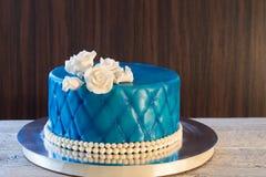 Μπλε κέικ με την άσπρη κινηματογράφηση σε πρώτο πλάνο τριαντάφυλλων Στοκ εικόνες με δικαίωμα ελεύθερης χρήσης