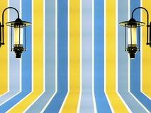 Μπλε κίτρινος τοίχος κρητιδογραφιών και εκλεκτής ποιότητας υπόβαθρο σχεδίου λαμπτήρων Στοκ φωτογραφία με δικαίωμα ελεύθερης χρήσης