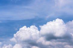 Μπλε και άσπρα σύννεφα ουρανού Στοκ Φωτογραφίες