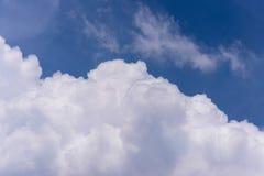 Μπλε και άσπρα σύννεφα ουρανού Στοκ εικόνα με δικαίωμα ελεύθερης χρήσης