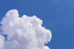 Μπλε και άσπρα σύννεφα ουρανού Στοκ Εικόνες