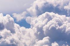 Μπλε και άσπρα σύννεφα ουρανού Στοκ Φωτογραφία