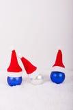 Μπλε και άσπρες σφαίρες Χριστουγέννων με τα καλύμματα και το χιόνι Στοκ Εικόνες