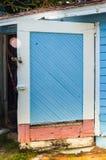 Μπλε και άσπρη περιποίηση στην πόρτα γκαράζ στοκ εικόνες