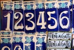 Μπλε και άσπροι κεραμικοί αριθμοί σπιτιών, Ιταλία Στοκ Εικόνα