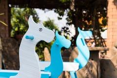 Μπλε και άσπρο χρωματισμένο άλογο λικνίσματος Στοκ Εικόνα