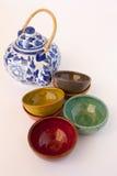 Μπλε και άσπρο Floral Teapot με τα κεραμικά πιάτα Στοκ εικόνα με δικαίωμα ελεύθερης χρήσης