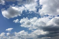 Μπλε και ήλιος ουρανού Σύννεφα σωρειτών μπλε ουρανός ανασκόπησης Στοκ Φωτογραφίες