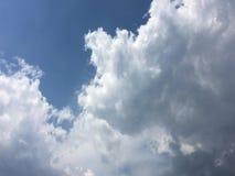 Μπλε και ήλιος ουρανού Σύννεφα σωρειτών μπλε ουρανός ανασκόπησης Στοκ Φωτογραφία