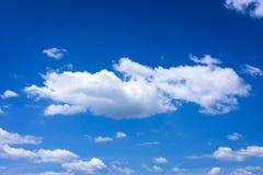 Μπλε και ήλιος ουρανού Σύννεφα σωρειτών μπλε ουρανός ανασκόπησης Στοκ Εικόνες