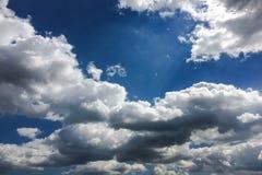 Μπλε και ήλιος ουρανού Σύννεφα σωρειτών μπλε ουρανός ανασκόπησης Στοκ Εικόνα