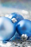 Μπλε και ασημένιες διακοσμήσεις Χριστουγέννων στις φωτεινές διακοπές β Στοκ Εικόνα