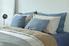 Μπλε και γκρίζα κλινοστρωμνή χρώματος σχεδίου με το λαμπτήρα ανάγνωσης Στοκ Φωτογραφίες