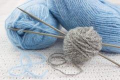 Μπλε και γκρίζα νήματα για το πλέξιμο Στοκ Εικόνες