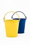 Μπλε και κίτρινος διακοσμητικός κάδος μετάλλων που απομονώνεται Στοκ φωτογραφία με δικαίωμα ελεύθερης χρήσης
