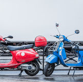 Μπλε και κόκκινα μηχανικά δίκυκλα πέρα από το μουτζουρωμένο άσπρο σύμβολο διαδρομής της μπλε, άσπρης και κόκκινης σημαίας της Γαλ Στοκ φωτογραφία με δικαίωμα ελεύθερης χρήσης