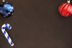 Μπλε και κόκκινης κυματιστή σφαίρα ραβδιών Χριστουγέννων, στο σκοτεινό ξύλινο πίνακα Στοκ Φωτογραφίες