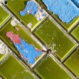 Μπλε και κόκκινη αποφλοίωση χρωμάτων από τα πράσινα κεραμικά κεραμίδια τοίχων Στοκ Εικόνα