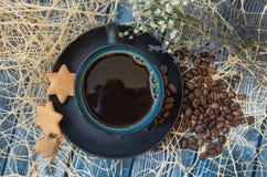Μπλε και μαύρα φασόλια φλιτζανιών του καφέ και καφέ Στοκ φωτογραφία με δικαίωμα ελεύθερης χρήσης