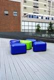 Μπλε και πράσινες πλαστικές καρέκλες στο ξύλινο πάτωμα Στοκ εικόνες με δικαίωμα ελεύθερης χρήσης