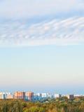 Μπλε και ρόδινος ουρανός βραδιού πέρα από την πόλη Στοκ φωτογραφία με δικαίωμα ελεύθερης χρήσης