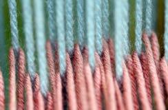 Μπλε και ρόδινο μαλλί καλωδίων για την ύφανση κουβερτών στον αρχαίο αργαλειό Στοκ Εικόνες