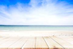 Μπλε καπέλο πέρα από τον μπλε πύργο στην παραλία, την άμμο, το ωκεάνιο και μπλε SK Στοκ Εικόνες