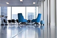 Μπλε καρέκλες γραφείων σε ένα κτίριο γραφείων πόλεων Στοκ Εικόνα