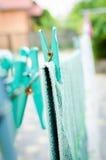 Μπλε καρφίτσες στο σχοινί και μια κρεμώντας πετσέτα Στοκ φωτογραφία με δικαίωμα ελεύθερης χρήσης