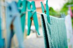 Μπλε καρφίτσες στο σχοινί και μια κρεμώντας πετσέτα Στοκ εικόνες με δικαίωμα ελεύθερης χρήσης