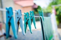 Μπλε καρφίτσες στο σχοινί Στοκ Εικόνα