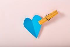 Μπλε καρδιά εγγράφου σε ρόδινο χαρτί Στοκ Φωτογραφίες